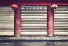 Façade en salle fermée avec les colonnes et les lanternes rouges, Chine Image stock