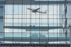 Façade en verre d'immeuble de bureaux à l'arrière-plan une prise plate de Photos stock