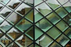 Façade en verre d'un bâtiment moderne Photos libres de droits