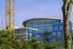 Façade en verre d'un immeuble de bureaux Images libres de droits