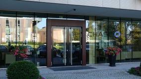 Façade en verre d'un immeuble de bureaux moderne avec le logo de JPMorgan Chase Bank Rendu 3D éditorial Images stock