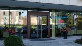 Façade en verre d'un immeuble de bureaux moderne avec le logo de la Banque d'Amérique Rendu 3D éditorial Photographie stock