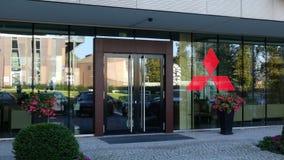 Façade en verre d'un immeuble de bureaux moderne avec le logo de Mitsubishi Rendu 3D éditorial Images stock