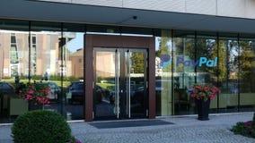 Façade en verre d'un immeuble de bureaux moderne avec le logo de Paypal Rendu 3D éditorial Photos stock