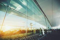 Façade en verre de terminal d'aéroport moderne Photo stock