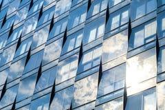 Façade en verre, immeuble de bureaux - nuages dans l'architecture moderne Photos libres de droits