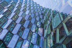 Façade en verre moderne de Harpa Concert Hall à Reykjavik Photo stock