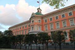 Façade est du château de Mikhailovsky St Petersburg photos stock