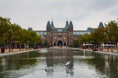 Façade et étang principaux de Rijksmuseum Image libre de droits