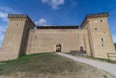 Façade et entrée de la forteresse médiévale Rocca Albornoziana image stock