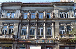 Façade fleurie d'ancien cinéma de Bucarest, cinéma Bucuresti Photo libre de droits