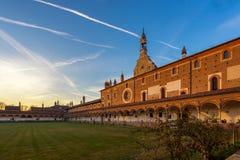 Façade grande de cloître du monastère Carthusian de Pavie au sunse Image libre de droits