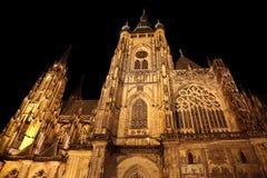 façade impressionnante de la cathédrale gothique de St Vitus à Prague photos libres de droits