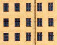 Façade jaune avec des fenêtres Images stock