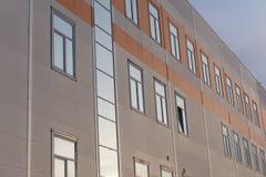 Façade jaune d'un bâtiment résidentiel moderne avec les fenêtres grises photos stock