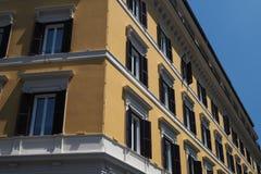 Façade jaune de bâtiment avec des fenêtres, Rome images libres de droits