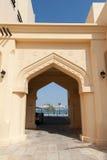 Façade jaune de maison avec la voûte arabe classique de style Photos stock