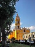 Façade jaune lumineuse de l'église de San Apostolo Image libre de droits