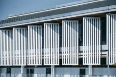 Façade lumineuse contemporaine de bâtiment photo libre de droits