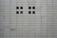 Façade moderne avec de petites fenêtres carrées Photo stock