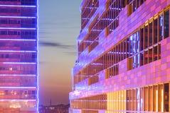 Façade moderne avec des lumières dans le coucher du soleil Photographie stock libre de droits