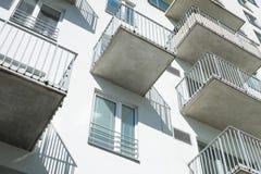 Façade moderne avec le bâtiment résidentiel de balcons Image stock