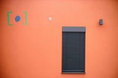 Façade moderne de maison avec des fenêtres Photos libres de droits