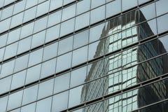Façade moderne en verre d'immeuble de bureaux Photographie stock
