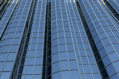 Façade moderne en verre d'immeuble de bureaux Images libres de droits