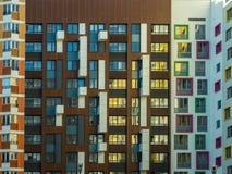 Façade moderne lumineuse d'une maison avec un grand choix de fenêtres et de balcons photos stock