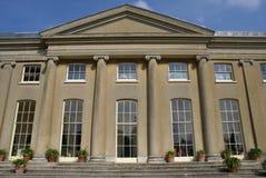 Façade néoclassique avec le fronton sur des colonnes et des fenêtres photographie stock libre de droits
