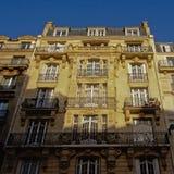 Façade néoclassique d'une maison à Paris photographie stock
