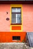 Façade orange de maison avec la fenêtre en bois de la ville de Sighisoara vieille Images libres de droits