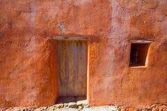 Façade orange grunge d'Ibiza en plage de Benirras Photographie stock