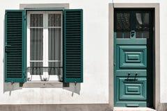 Façade ornementale de maison colorée dans le sao Miguel, Açores portugal Belles vieilles maisons minuscules, portes vertes et fen Photographie stock libre de droits