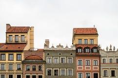 Façade ornementale de vieux bâtiment sur le ciel nuageux de vieille ville, Warsa Photographie stock libre de droits