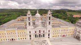 Façade principale du palais royal dans Marfa, Portugal, le 10 mai 2017 Silhouette d'homme se recroquevillant d'affaires banque de vidéos