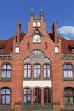 Façade rénovée de lycée avec l'aigle prussien noir, Wroclaw, Pologne images libres de droits