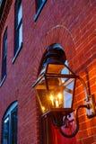 Façade rouge d'immeuble de brique avec la lumière dans le forground Image stock
