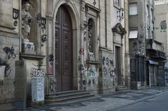 façade sale d'église avec le graffiti image stock
