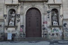 façade sale d'église avec le graffiti photo libre de droits