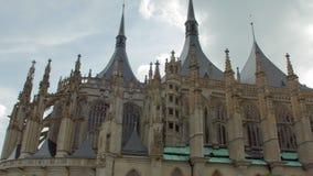Façade stupéfiante de cathédrale gothique dans la République Tchèque, St Barbara Church dans Kutna Hora clips vidéos