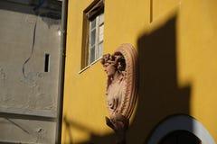 Fa?ade traditionnelle avec la statue dans le vieux voisinage de Cagliari Castello - la Sardaigne image stock