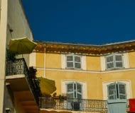 Façade traditionnelle de jaune de Provencal avec les volets bleus Photos stock