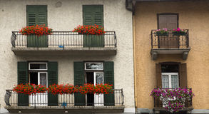 Façades avec des fleurs, dAmpezzo de Cortina, Italie Photo stock