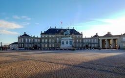 Façades classiques de palais d'Amalienborg Slotsplads avec les intérieurs rococos avec la statue équestre monumentale du Roi Fred images libres de droits