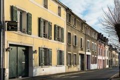 Façades colorées de vieilles maisons du sur la Seine de Frette Photos stock