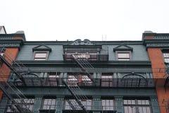 Façades de bâtiment de New York avec des escaliers de sortie de secours Photo stock