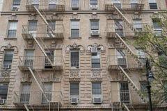 Façades de bâtiment de New York City avec des escaliers de sortie de secours Images libres de droits