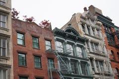 Façades de bâtiment de New York City avec des escaliers de sortie de secours Photo stock